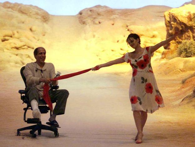 Celentano con la gamba ingessata tirato da Asia Argento (Ansa)