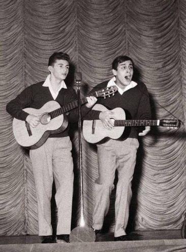 TonY renis e Adriano Celentano duettano al teatro Smeraldo (Ansa)