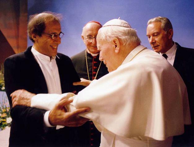 Adriano celentano incontra Papa Giovanni Paolo II (Ansa)