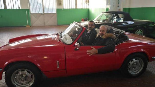Federico Tondi e Lapo Cantini alla guida di una spider rossa