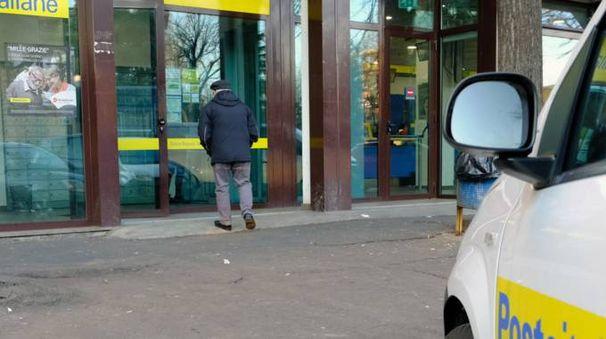Il marciapiede davanti alle Poste