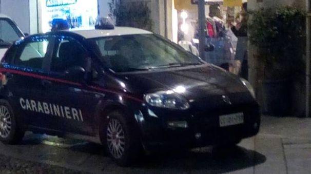 I carabinieri fuori dal negozio