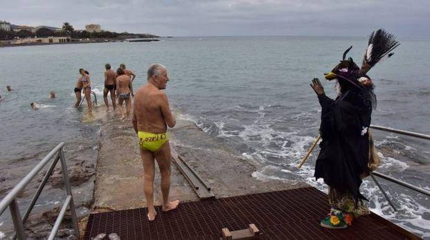 La Befana saluta i bagnanti a Livorno (Foto Novi)
