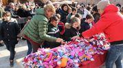 La consegna di dolci, giochi e anche... carbone (LaBolognese)