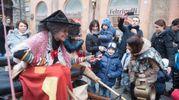 la manifestazione si sviluppa tradizionalmente tra le Due Torri con la CNA e ArtigianArte, la Casa della Befana e al Teatro Duse (foto Schicchi)