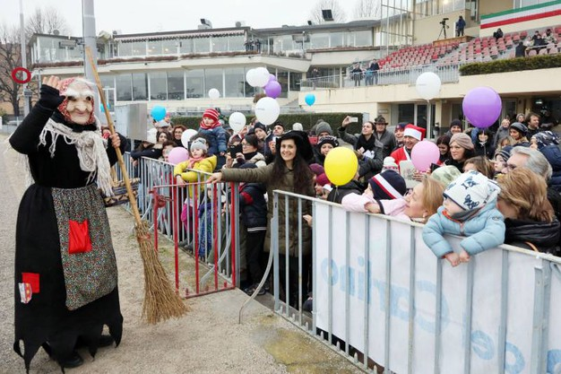 Ha portato tanti doni per i bambini (foto Schicchi)