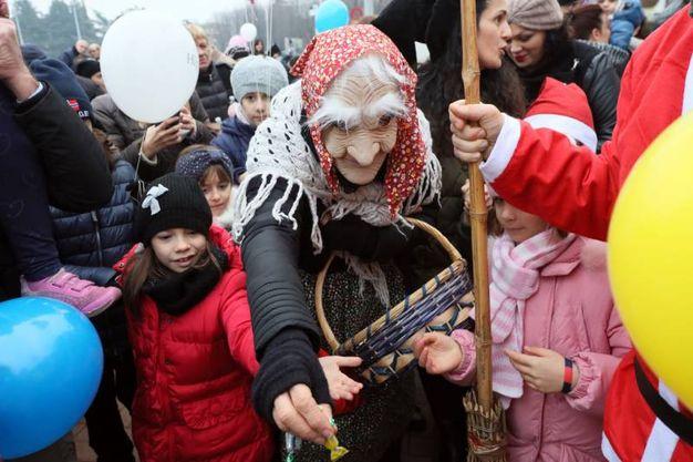 La Befana accerchiato dai bambini (foto Schicchi)