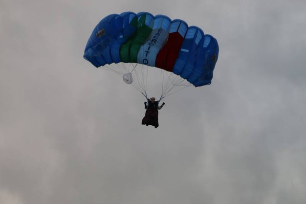 La befana dal cielo a Cascina (foto Valtriani)