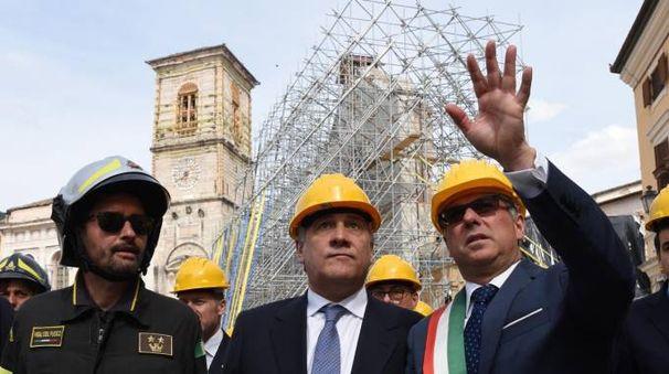 A destra il sindaco di Norcia, Alemanno, insieme al presidente dell'Europarlamento, Tajani