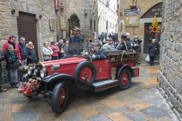 La befana dei vigili del fuoco a Volterra