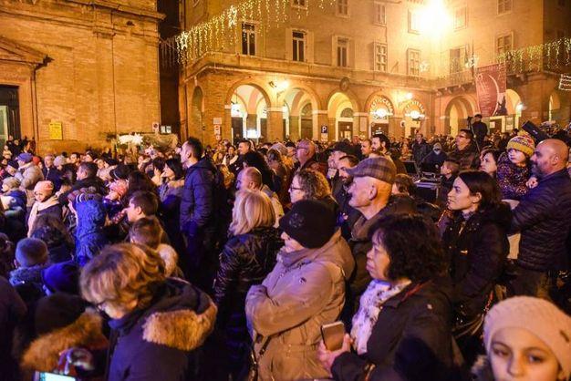 Tante persone in piazza a Civitanova Alta (foto De Marco)