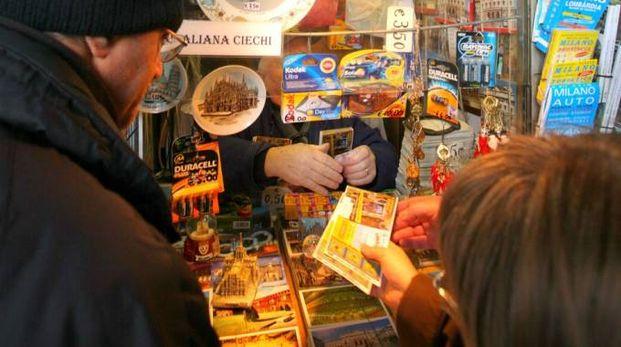Acquisto di biglietti della Lotteria Italia (Newpress)