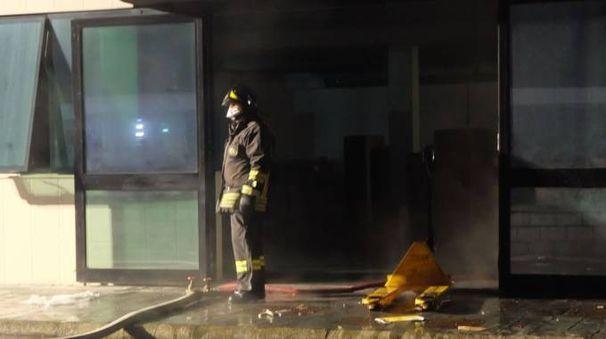 L'incendio nel magazzino della Rox il 28 dicembre