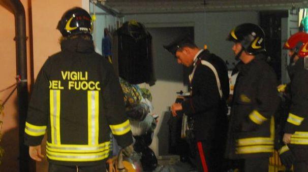 L'intervento dei carabinieri e dei vigili  del fuoco nel garage della villetta dove l'uomo è stato massacrato con calci e pugni