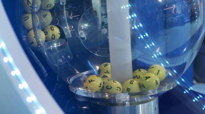 I bussolotti per l'estrazione del biglietto della Lotteria Italia (Ansa)