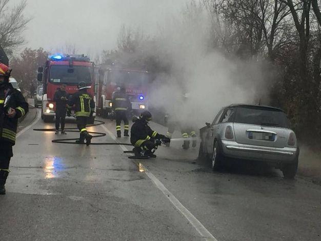 Pronto l'intervento dei vigili del fuoco per spegnere le fiamme sull'auto (foto Zeppilli)