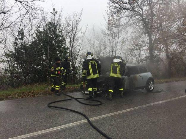Il traffico è rimasto bloccato in entrambi i sensi in attesa della messa in sicurezza dell'auto bruciata (foto Zeppilli)