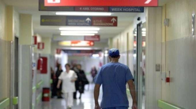 Un'operatrice sanitaria dell'ospedale è stata colpita al volto da un paziente che si è spacciato per medico