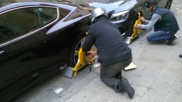 Un'auto che viene bloccata (foto d'archivio)