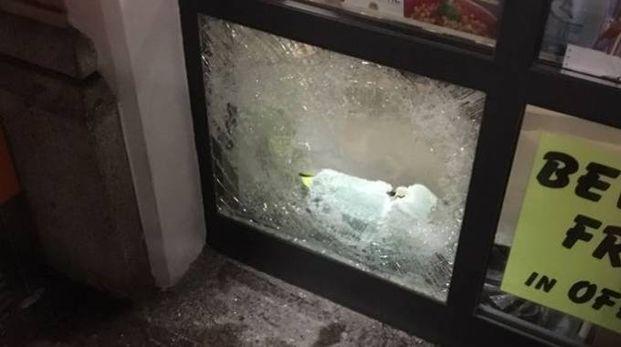 VETRI ROTTI Ecco il punto in cui i ladri hanno rotto la vetrata dell'edicola