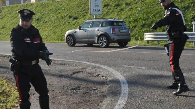 I carabinieri misurano la distanza tra il terrapieno e il punto dell'impatto