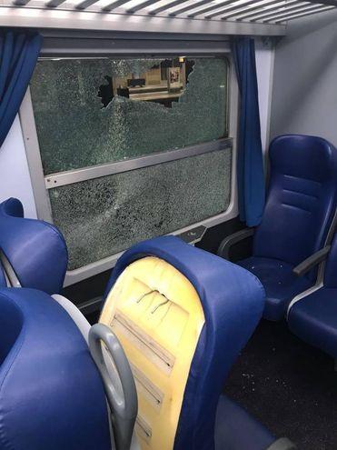 Dodici i finestrini rotti sul regionale Pesaro-Piacenza