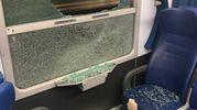 Uno dei finestri del treno rotto dai vandali