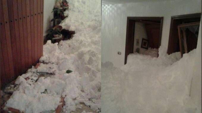 Due immagini della slavina che si abbattuta su un condominio al Sestriere
