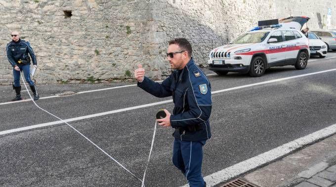 Gli agenti della Sezione Pronto intervento della Polizia civile  mentre effettuano i rilievi del tragico incidente (foto Filippo Pruccoli)
