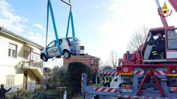 Le auto volate nel giardino di una casa dopo l'incidente
