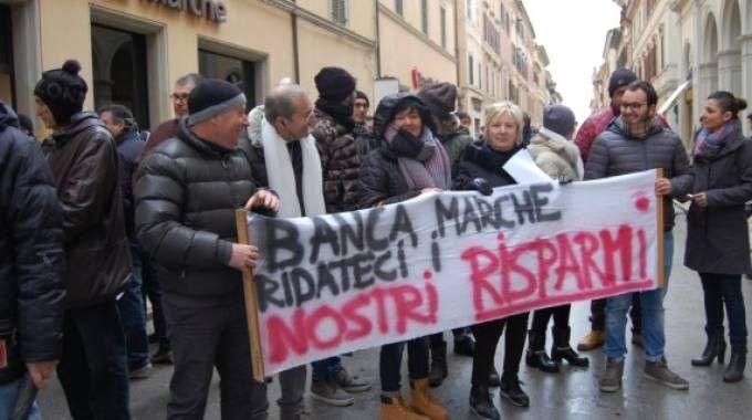 Una protesta dei risparmiatori di Banca Marche