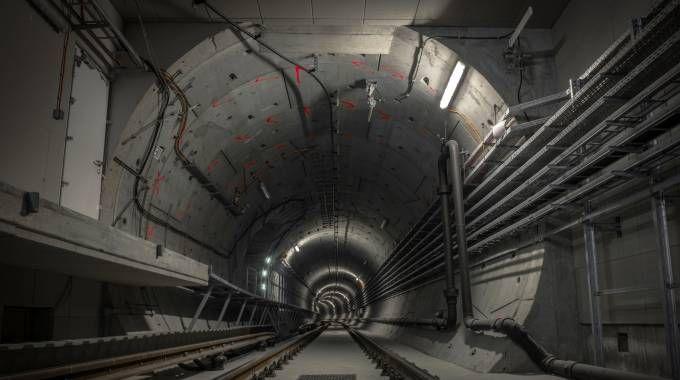 I nuovi treni, lunghi 39 metri, non entrano nel pozzo da cui calarli, largo 27 metri