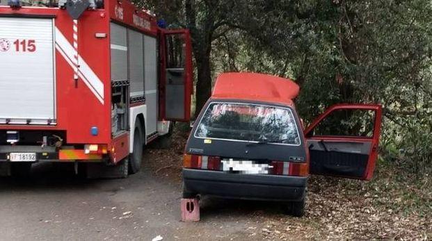 L'auto fuori strada  sulla collina di Montesecco