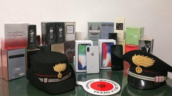 Alcune delle confezioni di profumi sequestrate  dai carabinieri della stazione di Mercato