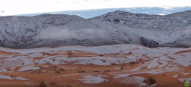 Le spettacolari immagini della neve nel deserto del Sahara (frame video RT)