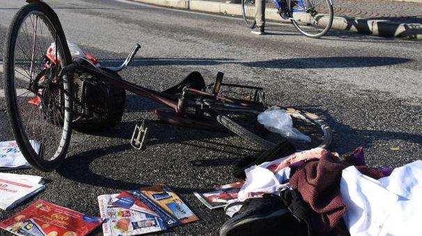 La bicicletta sulla quale stava viaggiando l'anziana, travolta questa mattina da un'auto (foto Migliorini)