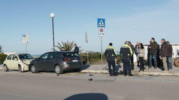 Le auto danneggiate a causa del folle inseguimento (foto Zeppilli)