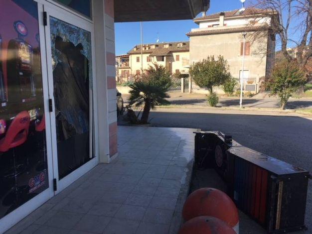 Due persone incappucciate e armate di mazza si sono introdotte nella sala slot del locale dopo aver mandato in frantumi una vetrata laterale