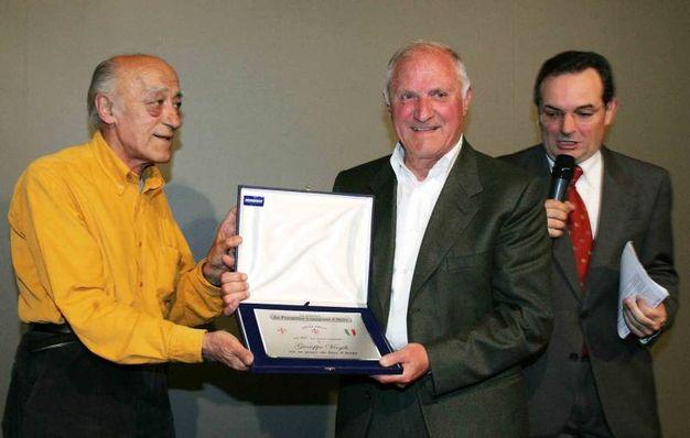 Novello Novelli premia l'ex viola Beppe Virgili per il 50° anniversario del primo scudetto della Fiorentina (New Press Photo)