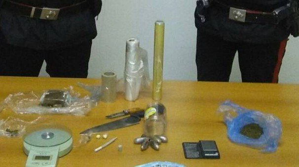 Soldi, attrezzature e droga sequestrati dai carabinieri nella casa di via Gori