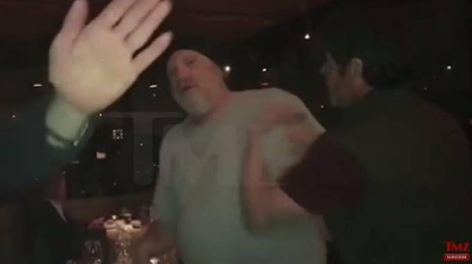Un fermo immagine del video in cui Weinstein viene schiaffeggiato