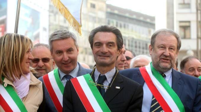 Attilio Fontana, al centro, a un corteo di sindaci