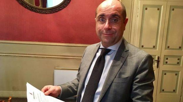 Il sindaco Carlo Barbieri mostra l'ordinanza