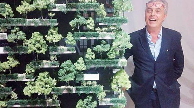 Stefano Boeri accanto al modellino del Bosco verticale di Milano