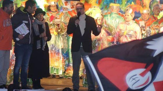 I RICORDI La piccola Elettra Bonetti, figlia di Luigi, in braccio al nonno Giulio il giorno di Natale. A sinistra la bandiera Burlamacca, firmata proprio da Giulio Bonetti e Giorgio Bini