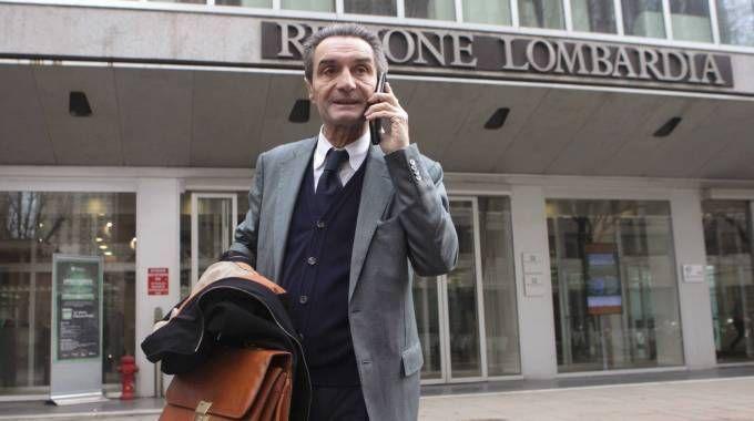 Il candidato governatore di centrodestra Attilio Fontana davanti al Pirellone