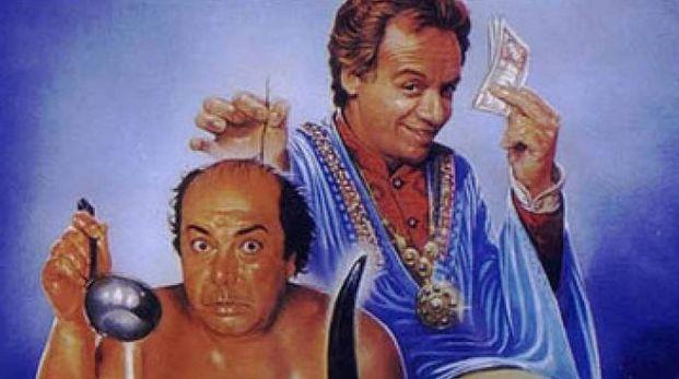 Lino Banfi e Johnny Dorelli nel celebre film del 1982 'Occhio, malocchio, prezzemolo e finocchio'