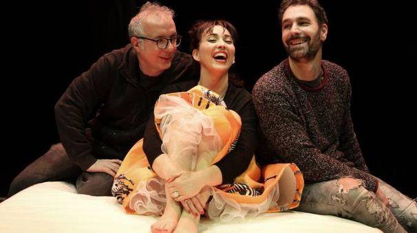 PROTAGONISTI Raoul Bova e Chiara Francini con il regista Luca Miniero