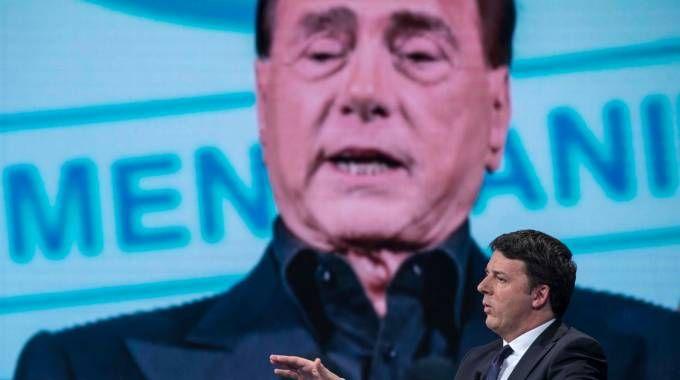 Matteo Renzi e, sullo sfondo, Silvio Berlusconi (ImagoE)