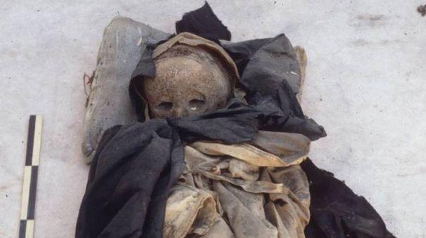 La mummia del bambino, con indosso ancora la veste monastica dell'Ordine Domenicano